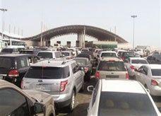 """سعوديون يتكدسون وينتظرون 14 ساعة للعبور إلى الإمارات حيث """"الماء والعصير"""""""