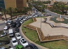 """أكثر من 100 ألف سيارة سعودية تدخل حي السفارات في الرياض إثر شائعة """"الحصول على خدم وسائقين"""""""