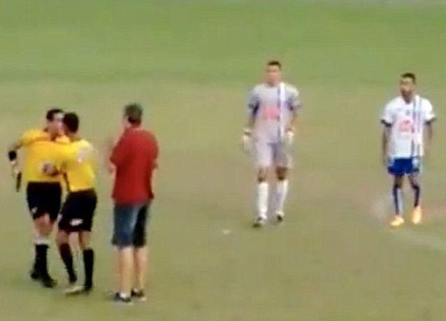 بالفيديو: حكم كرة قدم برازيلي يشهر مسدسا في وجه أحد اللاعبين