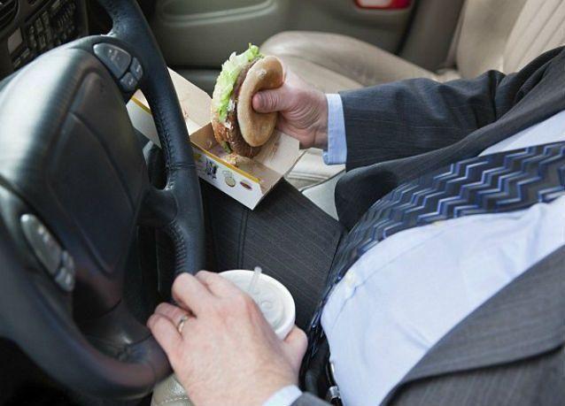 المرور السعودي : 150 ريالًا مخالفة الأكل أو الشرب أثناء القيادة