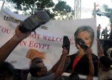 كلينتون تسخر من محتجين مصريين: أسفت لضياع الطماطم على الأرض