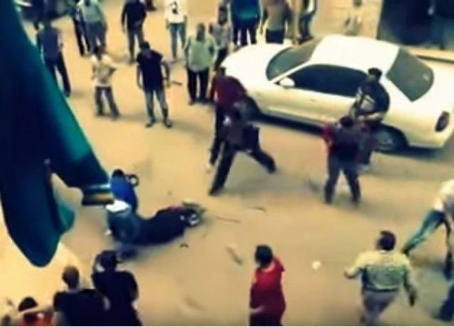 فيديو: مصري يحاول ذبح زوجته والمارة يلقنونه درساً في الشارع