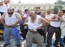 مصريون يخلعون ملابسهم أمام مقر الرئاسة احتجاجاً على سوء أوضاعهم المعيشية