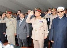 الرئيس المصري يرفض مصافحة شيخ الأزهر ويصافح العسكريين