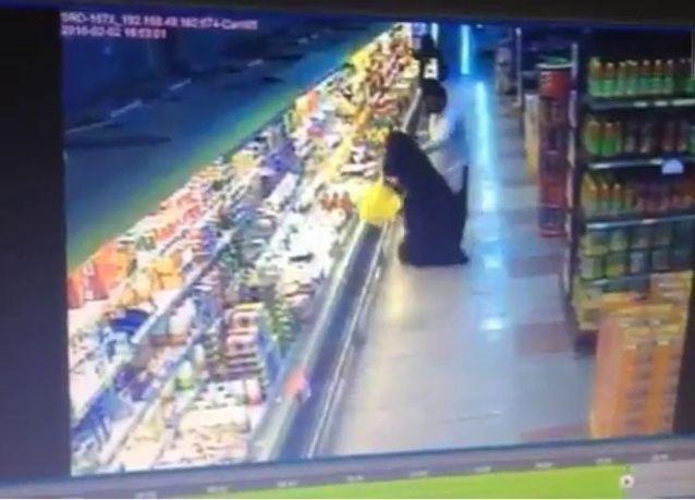 فيديو: وافد يتحرش ويضرب سعودية ورجال الأمن ومواطنون يلقنونه درساً