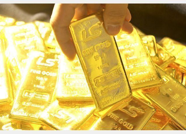 الذهب يلامس أعلى مستوياته في شهرين مع تراجع الدولار بفعل القلق من سياسات ترامب