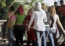 """""""حماس"""" تلاحق سراويل """"الخصر الساحل"""" وعباءات النساء الضيقة"""