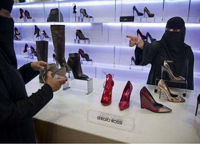 السعوديون والمقيمون ينتظرون تطبيق قرار إغلاق المحلات عند الساعة التاسعة مساءً