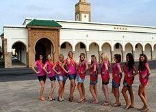حسناوات بلجيكيات يثرن غضباً لالتقاط صوراً بملابس مثيرة أمام مسجد في المغرب