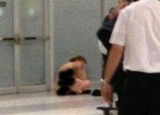 مسافرة تتعرى في مطار بيروت احتجاجاً على منع التدخين