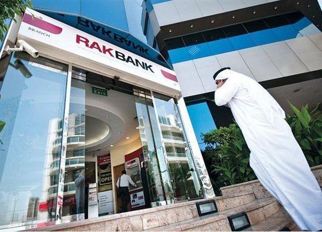 بنك إماراتي ينفذ خطة لتسريح نحو 250 موظفاً وافداً