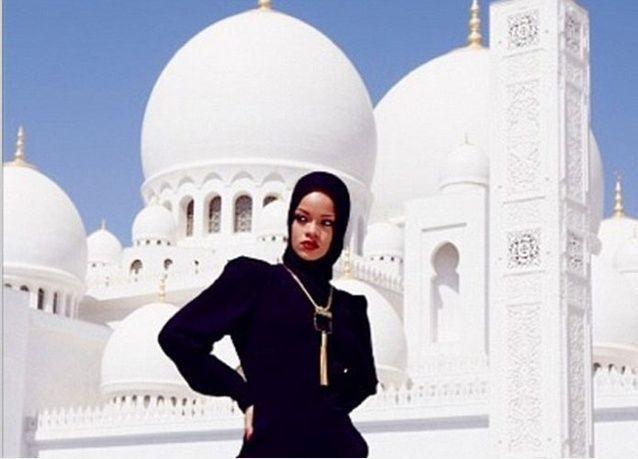 أبوظبي: مطالبة ريهانا المغادرة بعد التقاطها صوراً لا تراعي حرمة جامع الشيخ زايد