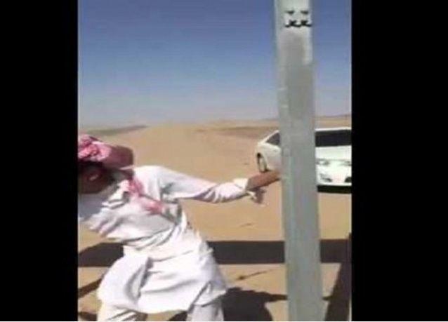 فيديو: سعوديون يسلخون ذئباً ويلتهمون لحمه نياً