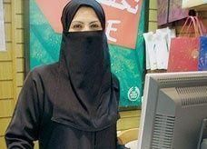 محلات بيع العطور وأدوات التجميل مهددة بالإيقاف في السعودية لنقص البائعات المدرَّبات
