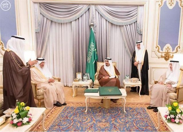 الملك سلمان يطلع على تصاميم العملة السعودية الجديدة