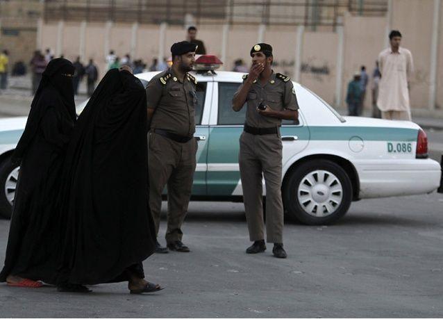 سعودي يقتل زوجته الشابة ووالدها في الشارع