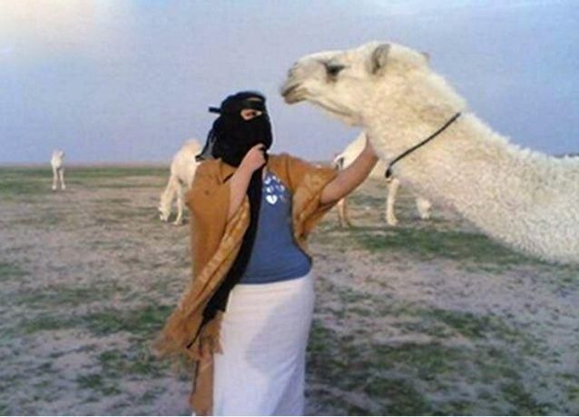 سعودية تقبل جملاً فتشعل خلافاً بين عائلتين
