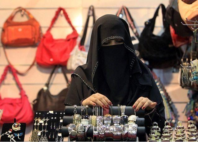 وزير العمل السعودي يتهم هيئة الأمر بالمعروف بالإخلال باتفاق تأنيث المحال