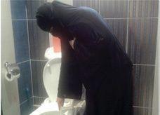 سعوديات يَحمِلن دبلومات ويمتهن أعمال النظافة