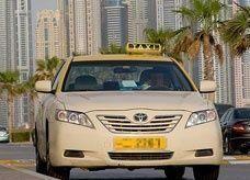 دبي: اعتقال بريطانية وإيرلندي للاشتباه بممارستهما الجنس في سيارة أجرة