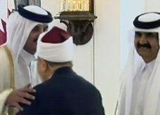 فيديو: جدل حول تقبيل الشيخ تميم رأس القرضاوي وكتفه
