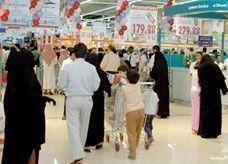"""مسؤول: 80% من السعوديين """"لا يملكون الذكاء في الشراء"""" ويتهمهم باستنزاف الراتب"""