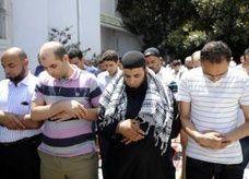 سلفيون يصلون في أرض كنيسة للأقباط ويهددون بحرق متاجرهم