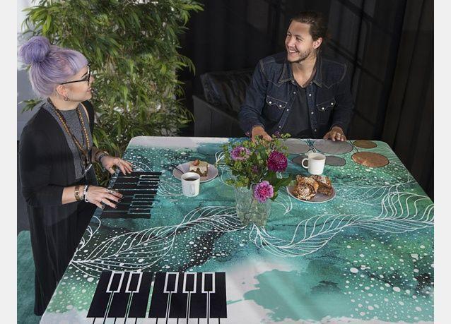 بالفيديو: غطاء مائدة ذكي يعزف الموسيقى