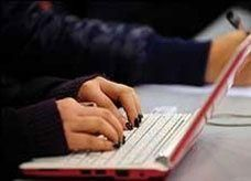 شيخ سعودي: يجوز للنساء دخول الإنترنت بلا محرم