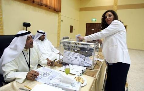 ناخبو الكويت يختارون ممثليهم في البرلمان وسط إقبال ضعيف