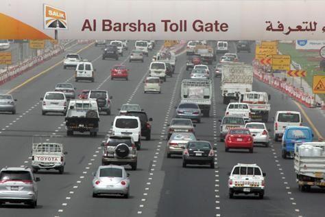دبي: ضبط سيارات أسرعت بحدود 300 كم بالساعة