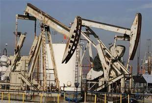 النفط يرتفع فوق 71 دولاراً بفضل هبوط الدولار وسلة أوبك يتراجع إلى 66.81