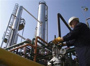 العراق يوقع بالأحرف الأولى على اتفاق لتطوير حقل بدرة النفطي