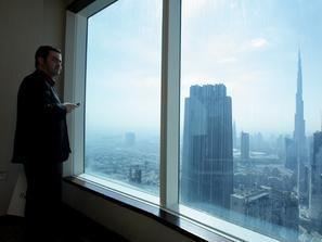 الجلوس أمام النافذة بالمكتب يضاعف الانتباه ويزيد السعادة