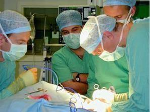اطباء امريكيين يعالجون اطفالا في مشفى الفلوجة