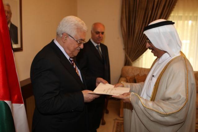 أول سفير للإمارات غير مقيم في دولة فلسطين يقدم أوراق اعتماده  للرئيس عباس