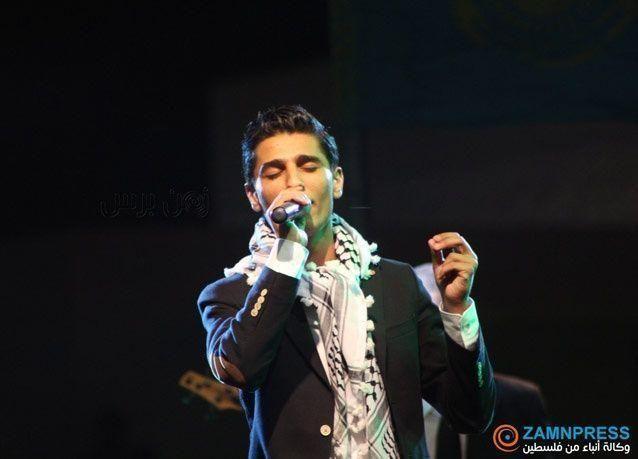 """بالصور: الآلاف يتهافتون لمشاهدة نجم """"آراب آيدول"""" محمد عساف يغني في رام الله"""