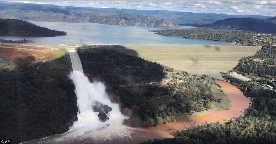 أوامر إخلاء 200 ألف من سكان منطقة في كاليفورنيا تحسبا لانهيار مفيض سد