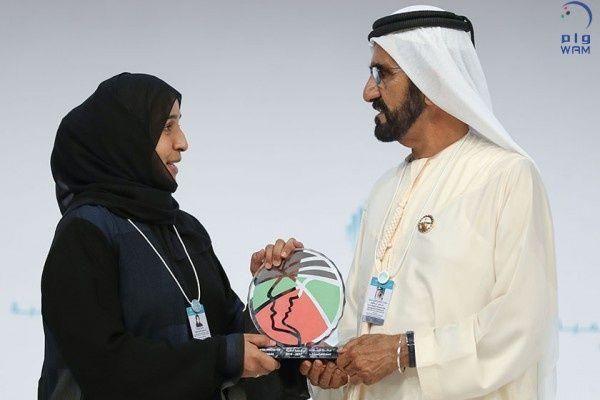 """محمد بن راشد يكرم """"مريم الزيودي"""" بجائزة أفضل معلم في الإمارات"""