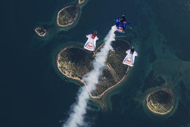 يحتفلون بعيد الحب بالقفز من الجو على جزيرة القلب في كرواتيا