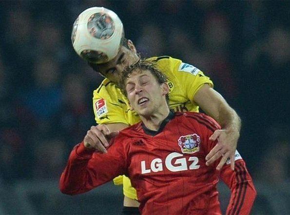 """أضرار في الدماغ للاعبي كرة قدم سابقين تعيد المخاوف من """"ضربات الرأس"""""""