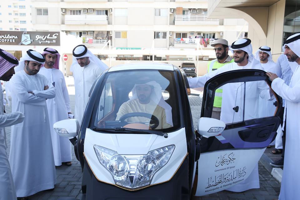 سيارة كهربائية صديقة للبيئة تسهل عمل مراقبي المواقف في عجمان