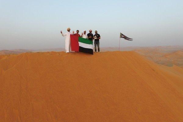 """""""الإمارات للمغامرات"""" يرفع علم الدولة فوق أعلى قمة رملية في العالم"""