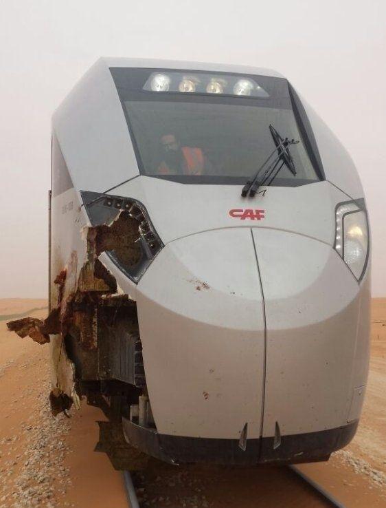 """""""جمل سائب"""" يصطدم بقطار سار جنوب محطة القصيم بالسعودية"""