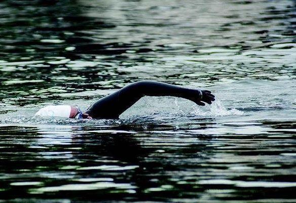 السعودية مريم بن لادن أول سباحة تعبر خور دبي و قناة دبي المائية
