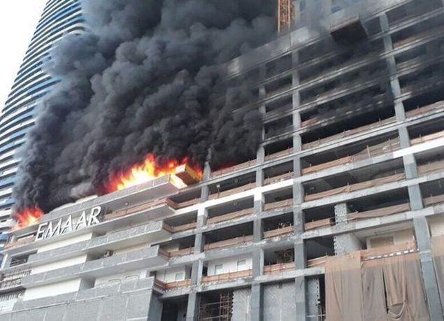 بالصور : إخماد حريق في برج قيد الإنشاء قرب دبي مول