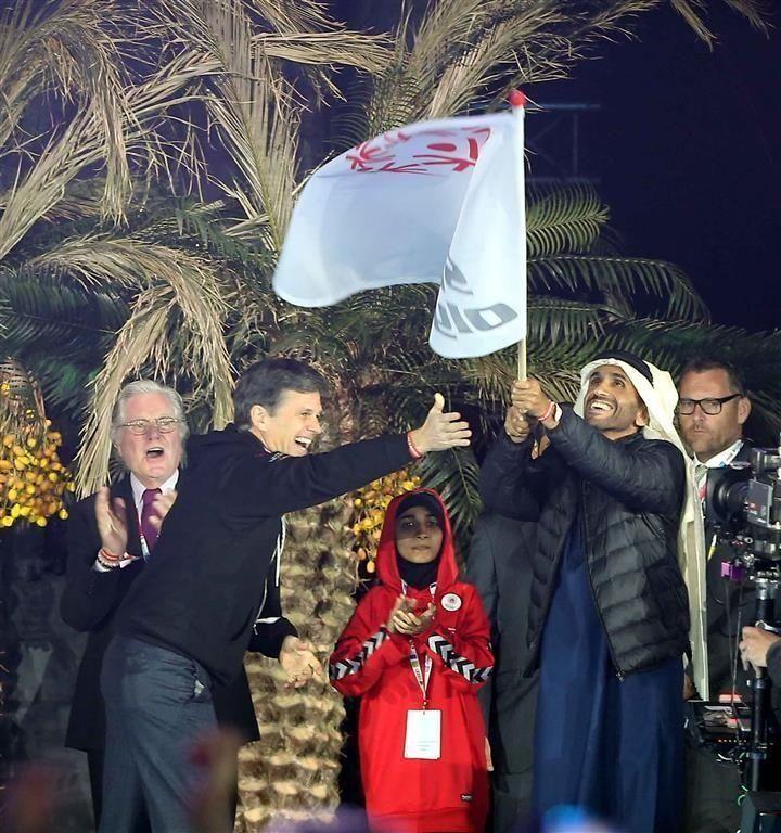 """الإمارات تتسلم علم استضافتها لـ""""الأولمبياد الخاص 2019"""" وبرج خليفة يكتسي بشعار الحدث"""