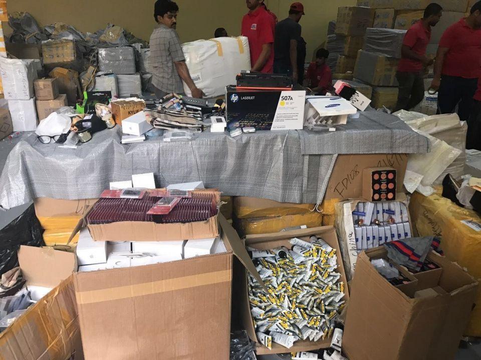 """""""اقتصادية دبي"""" تضبط 3 مليون قطعة مقلدة لـ 30 علامة تجارية"""