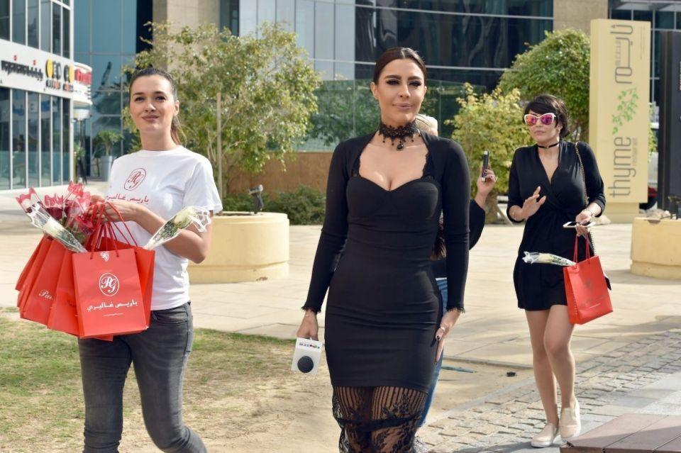 ليلى اسكندر تسعد الناس بالهدايا في شوارع دبي
