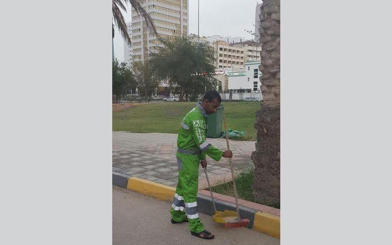 إماراتي ينظف الطرق والميادين العامة 3 أشهر